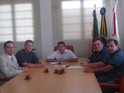 Os Vereadores Gilnei Jarré e Eugênio Grandó reúnem-se com o Prefeito Municipal para definir projeto que cria cargos na área de saúde