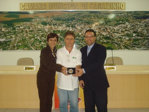 Leandro, Sandra e Grandó recebem título comenda ao mérito Getúlio Vargas do Instituto Tiradentes.
