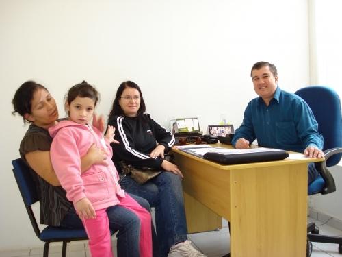 Rudi Brombilla recebe representante de um grupo de mães que apóiam seu projeto de equoterapia.