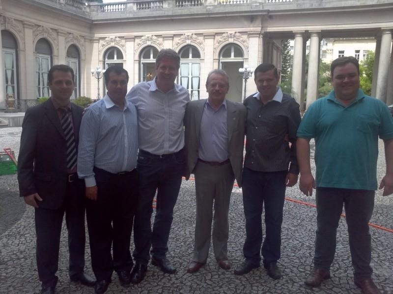 GOVERNADOR RECEBE VEREADORES DE CARAZINHO PARA TRATAR DO PRESÍDIO ESTADUAL E DA RECUPERAÇÃO DA ERS-142