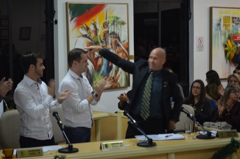 EMOÇÃO E TENSÃO MARCAM A ELEIÇÃO DE PAULINO DE MOURA PARA PRESIDÊNCIA EM 2015