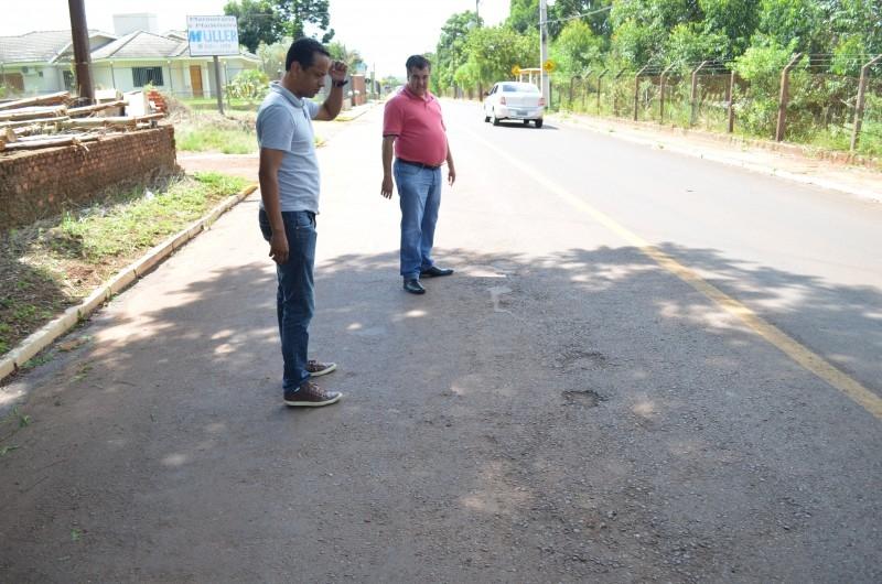 Valetas e esgoto a céu aberto leva vereadores ao bairro Vila Rica
