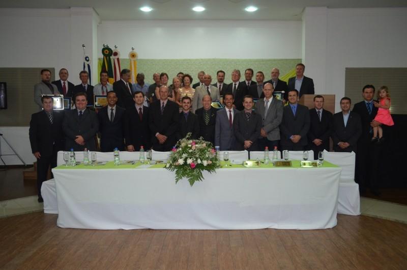 Sessão homenageia destaques municipais