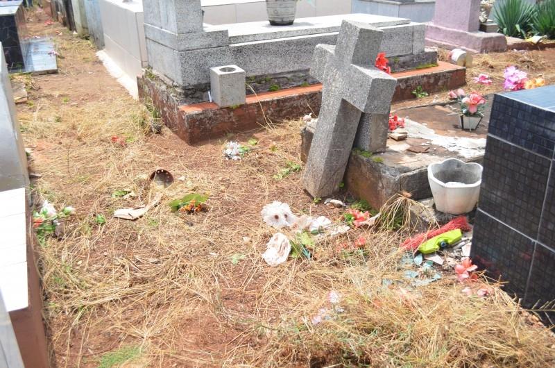Após reivindicação do Legislativo, cemitério recebe limpeza