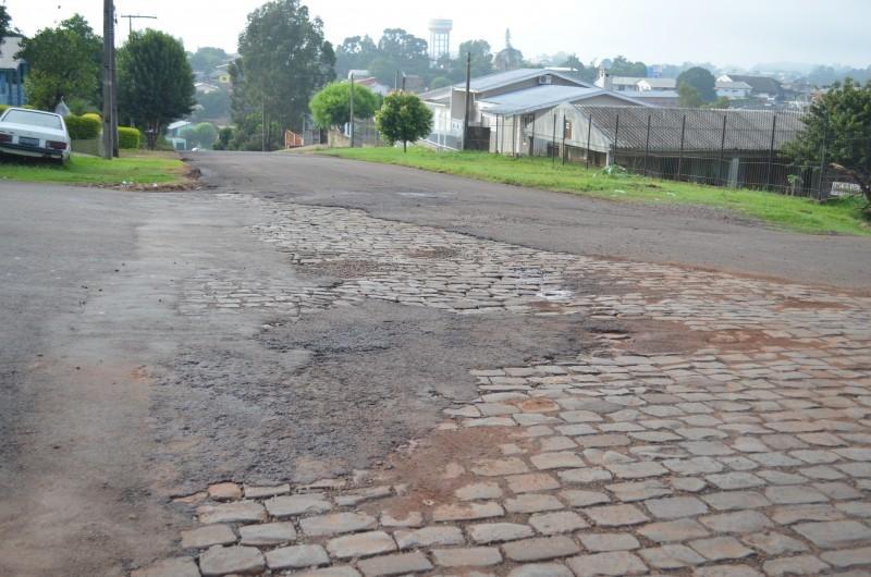 Moradores reclamam condições de asfalto no bairro princesa