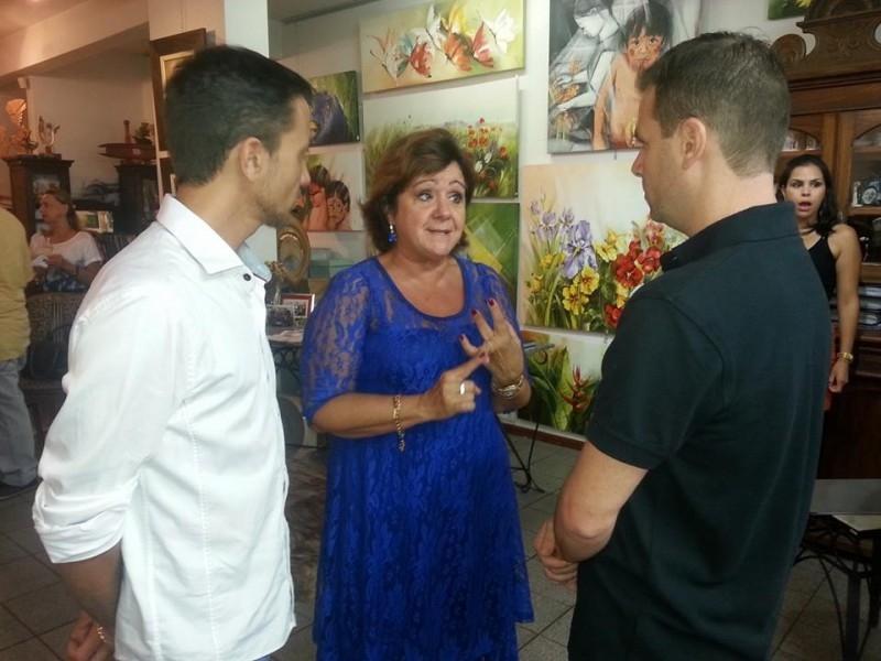 Vereadores prestigiam exposição de artista plástica carazinhense