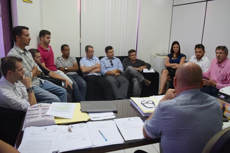 Vereadores conversam com organização do manifesto Basta Corrupção