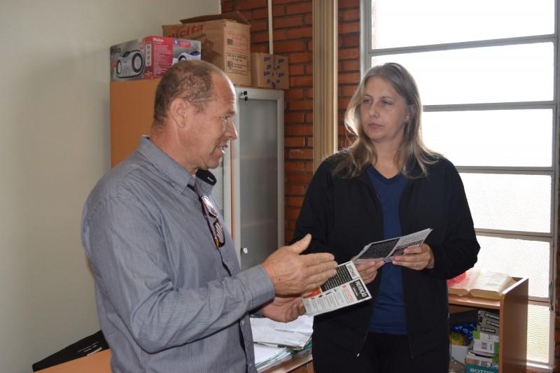 Câmara inicia entrega de material contra a dengue nas escolas