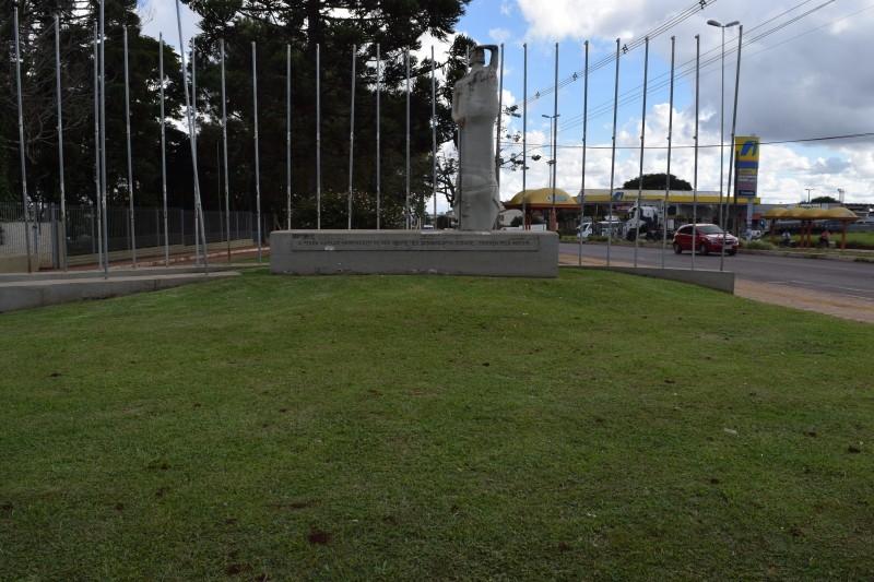 Vereadores cobram melhorias na estátua O Bombeador
