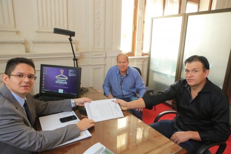 Governo do Estado garante veículo para laboratório de dependência química de Carazinho