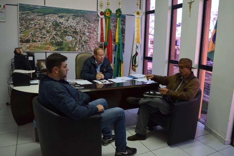 Empresário busca Câmara para reclamar do não cumprimento de Leis municipais