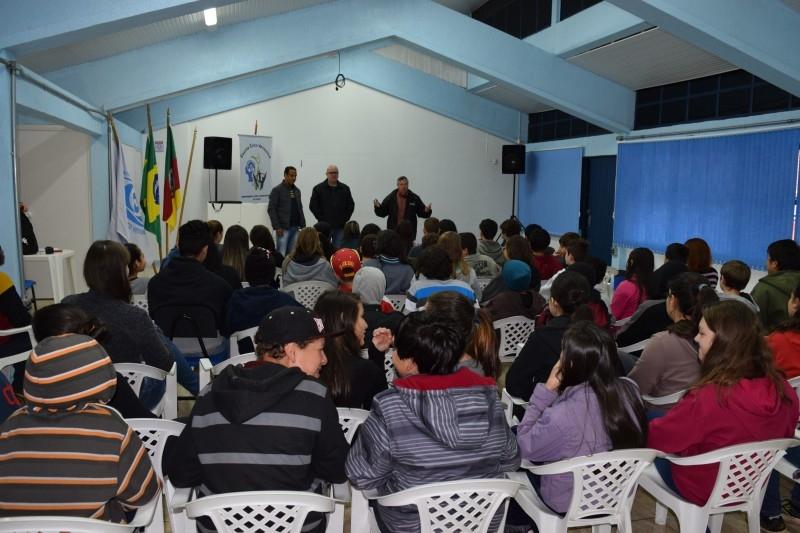 Vereador palestra sobre futsal na escola Érico Veríssimo