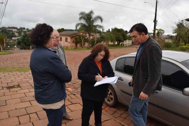 Moradores entregam abaixo assinado por melhorias no bairro Borghetti