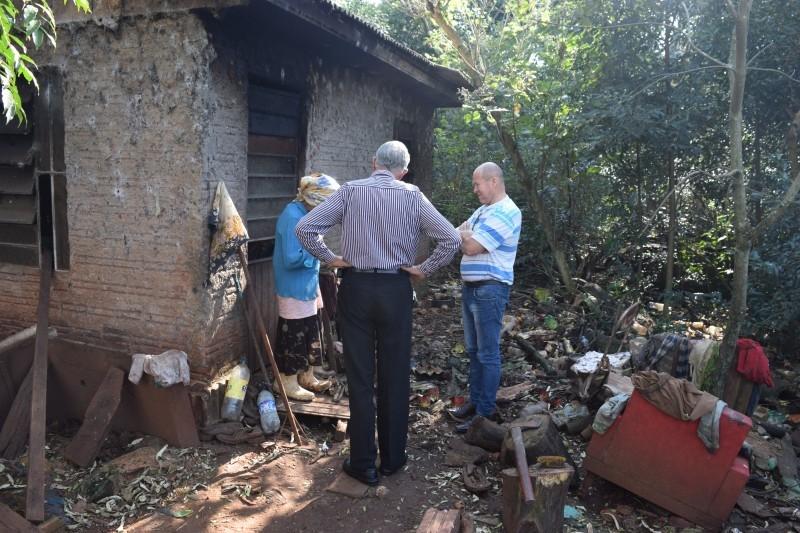 Poderes Executivo e Legislativo buscam solução para moradora em vulnerabilidade social