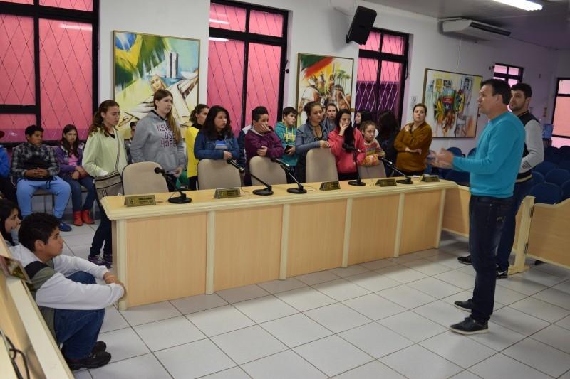 Alunos da rede municipal fazem visita a Câmara de Vereadores