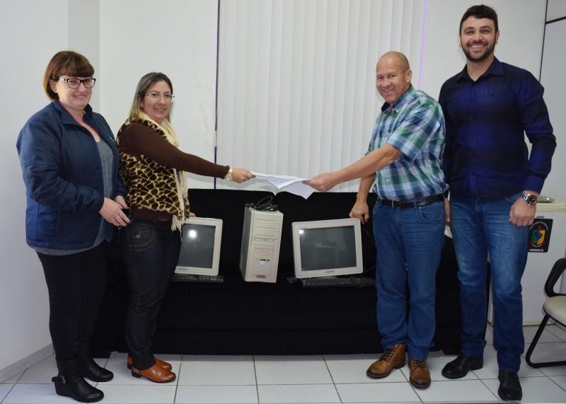 Câmara doa dois computadores para a secretaria de saúde