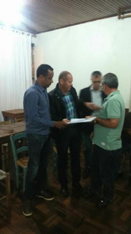 Moradores entregam abaixo assinado contra o ginásio no bairro Sommer