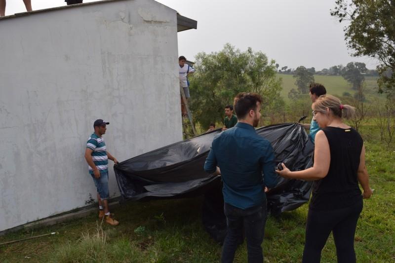 Vereadores auxiliam na distribuição de lonas para famílias atingidas pelo temporal