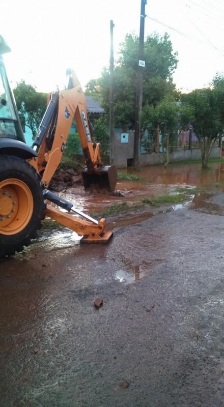 Cansados de esperar moradores do bairro Hípica pagam desobstrução de tubos