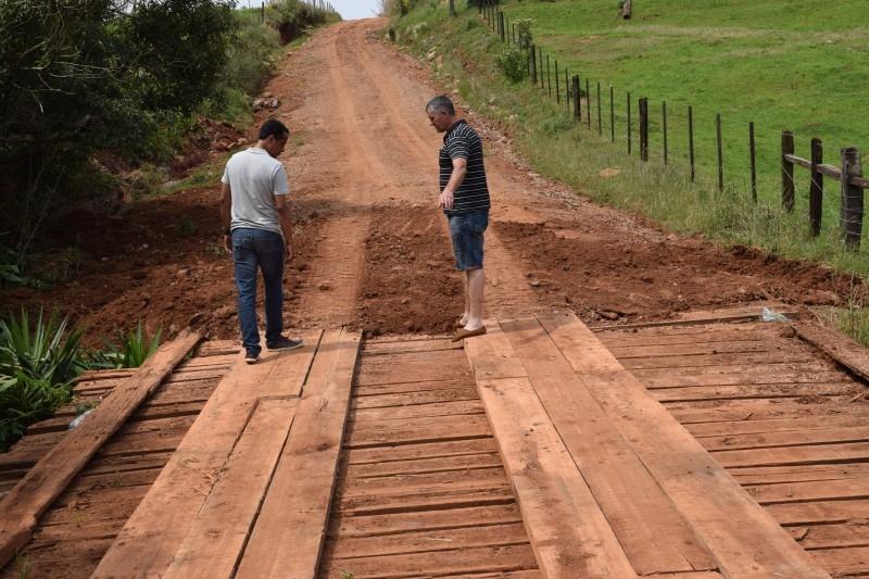 Vereador fiscaliza obra de ponte na Colônia dona Júlia