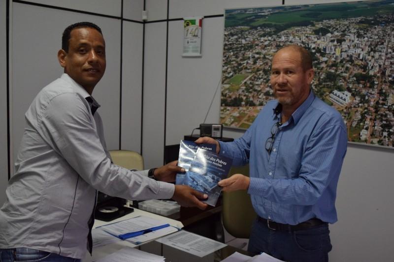 Câmara recebe livro sobre os 120 anos do Pão dos Pobres de Santo Antônio