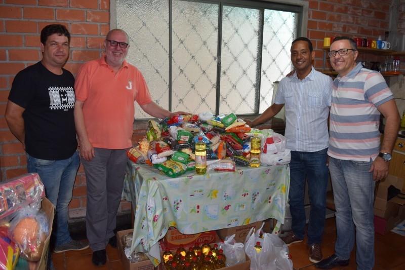 Entidades recebem alimentos arrecadados no Futsal Solidário