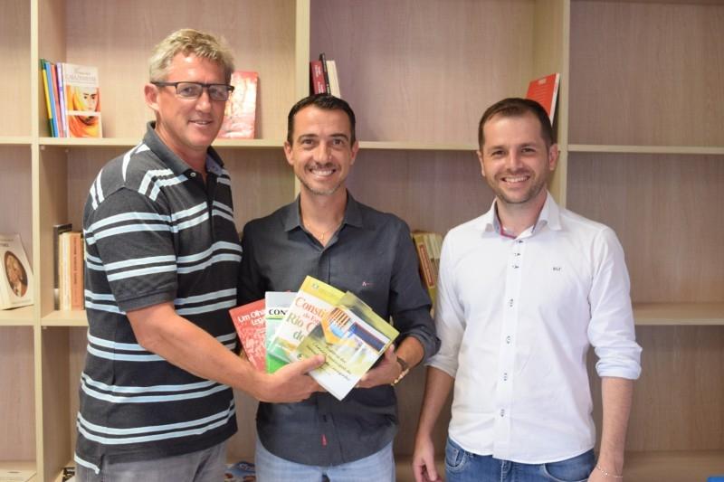 Lideranças doam livros para a Câmara Cidadã Romeu Scaglia Barleze