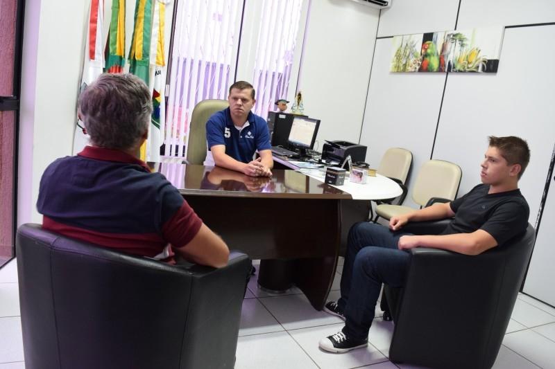 Gauchinho recebe camiseta do Clube Atlético de Carazinho