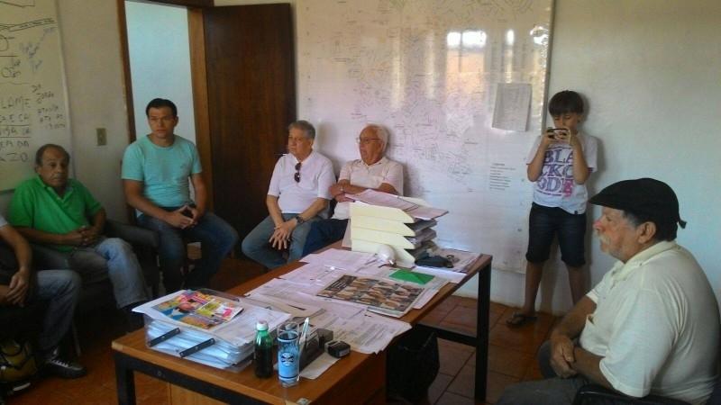 Vereador acompanha moradores em reunião na secretaria de obras
