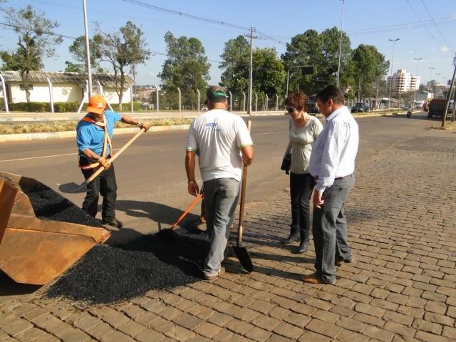 Vereadores acompanham operação tapa buracos na entrada norte da  cidade