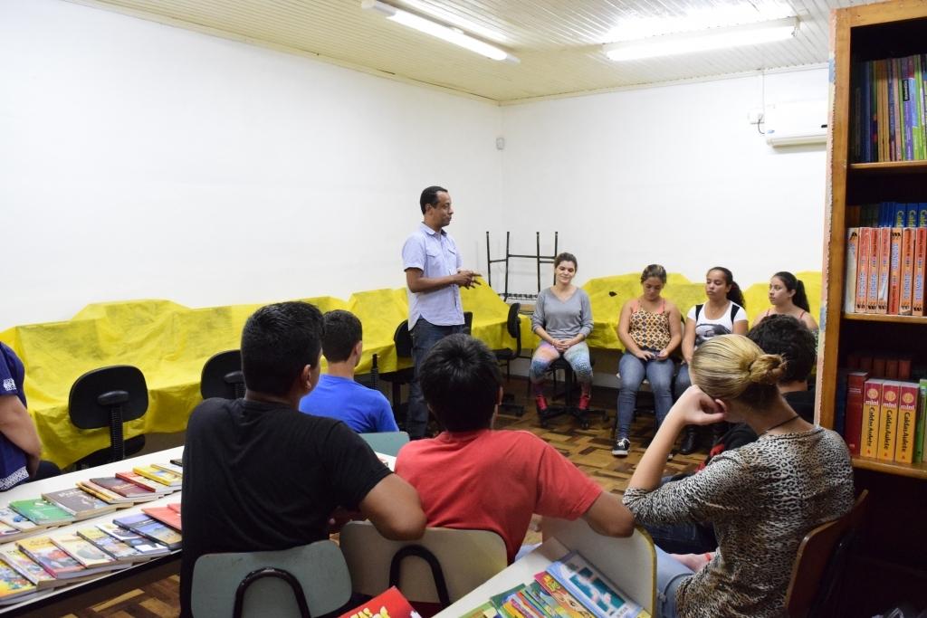 Vereador conversa com alunos da Escola Aristides Haeffner