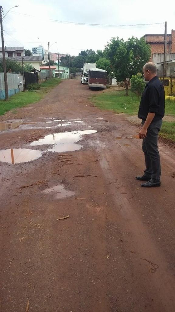 Vereador fiscaliza problemas na Rua Conde de Porto Alegre