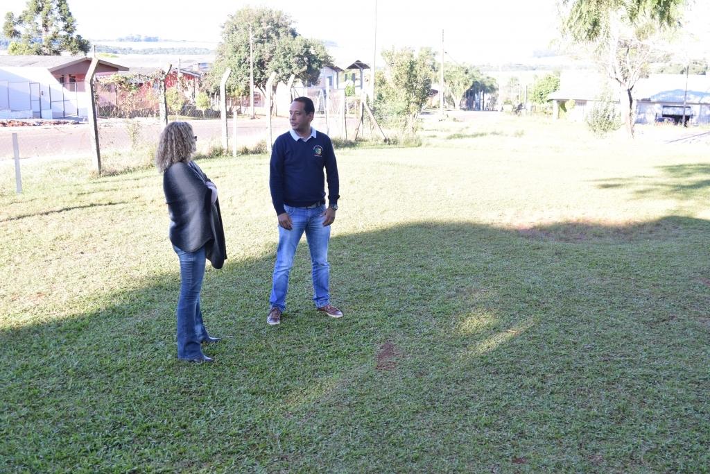 Vereador visita obras em quadras das escolas municipais