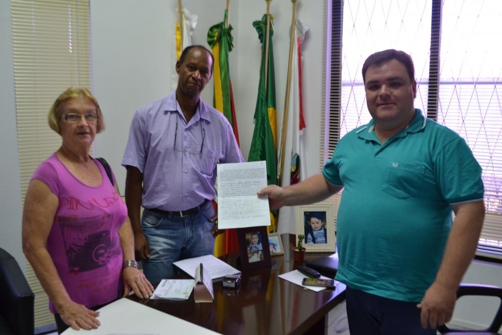 Moradores do bairro Alvorada entregam abaixo assinado pedindo por melhorias