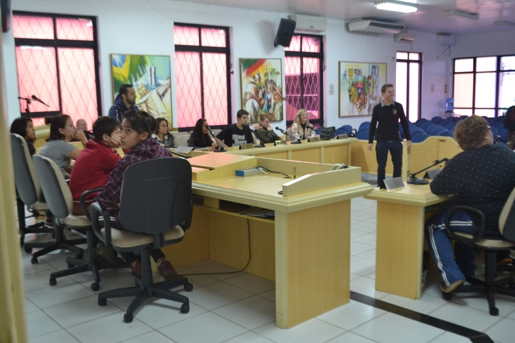 Alunos da Escola Castelo Branco visitam o Legislativo