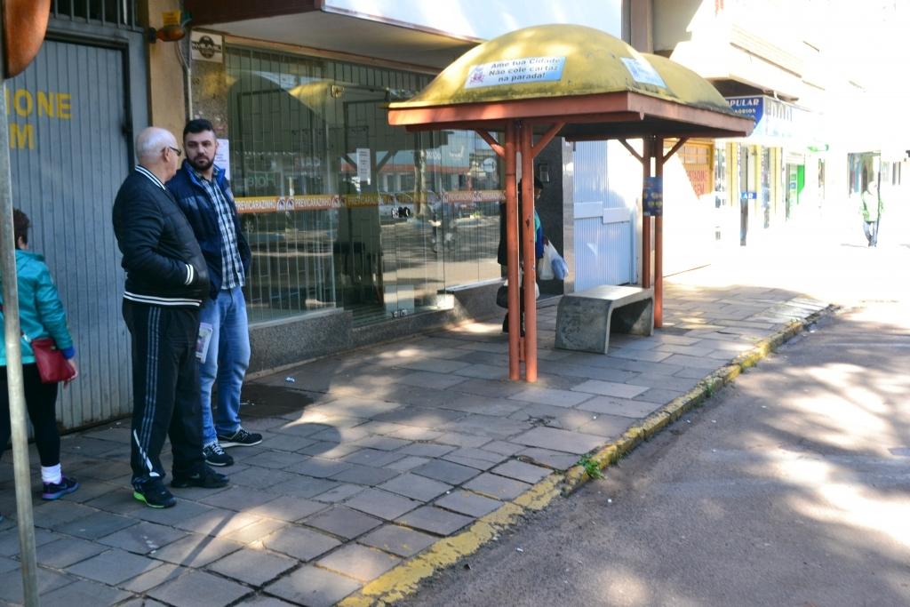 Moradores pedem mudança de parada de ônibus na Avenida Flores da Cunha
