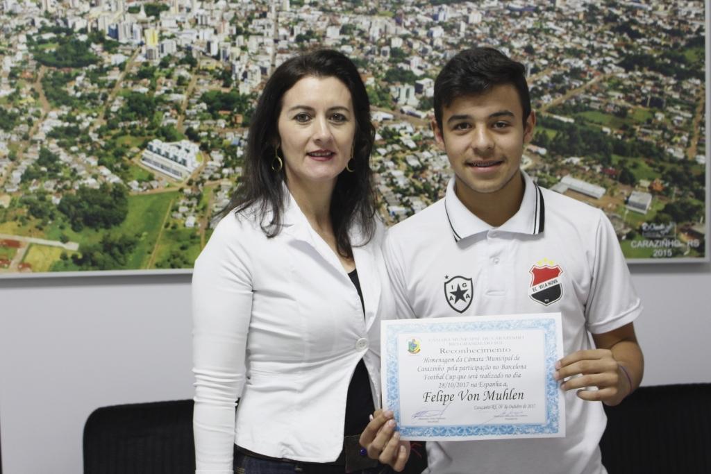 Vereadora homenageia atleta que irá representar Carazinho em torneio de futebol na Espanha