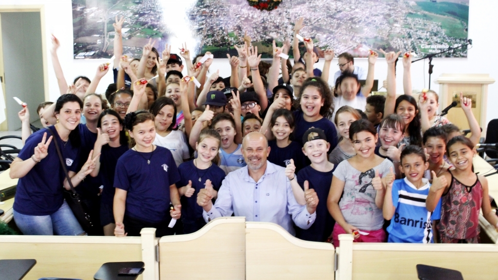 Alunos da Escola Érico Veríssimo visitam o Legislativo