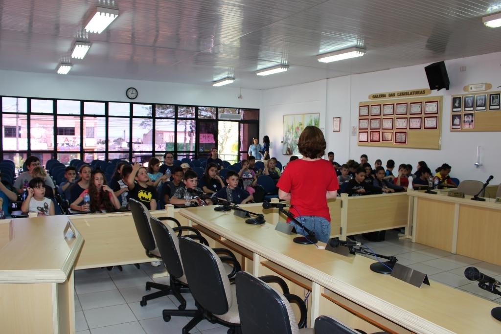 Estudantes da EEEF Érico Veríssimo visitam a Câmara de Vereadores
